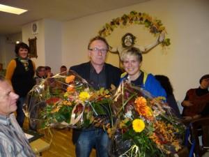 Renaldo und Marie Moritz erhalten Blumen zum Dank für ihre Tätigkeit im Verein